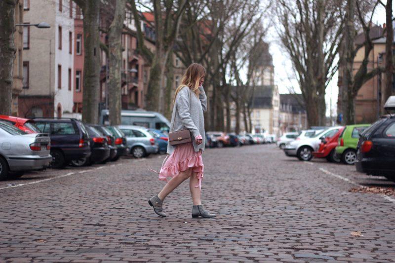 Outfit rosa Rüschenkleid unter grauem Pullover und graue Chloe lookalike boots