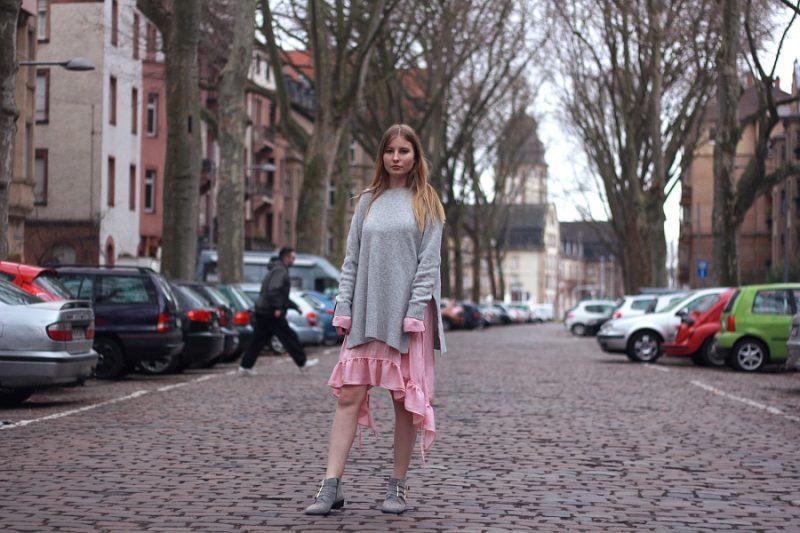 Outfit Frühlings layering Look rosa Zara Rüschen Kleid mit H&M Pullover und Bronx Stiefeletten