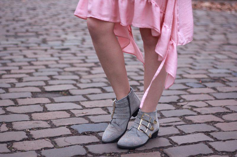 Outfit Details Kleid Saum Zara Volant Kleid Bronx graue Stiefeletten mit goldenen Nieten