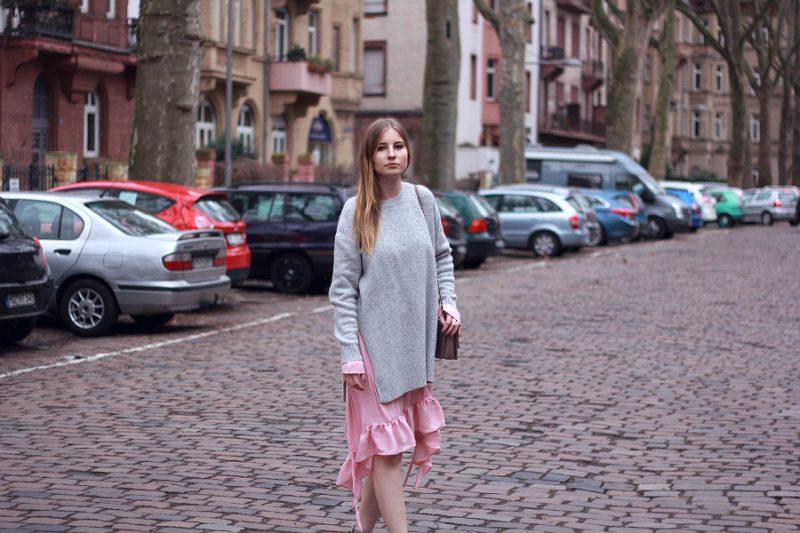 Outfit Lagenlook mit Zara Kleid und H&M Pullover grau rosa Fashionblogger Style mit Umhängetasche