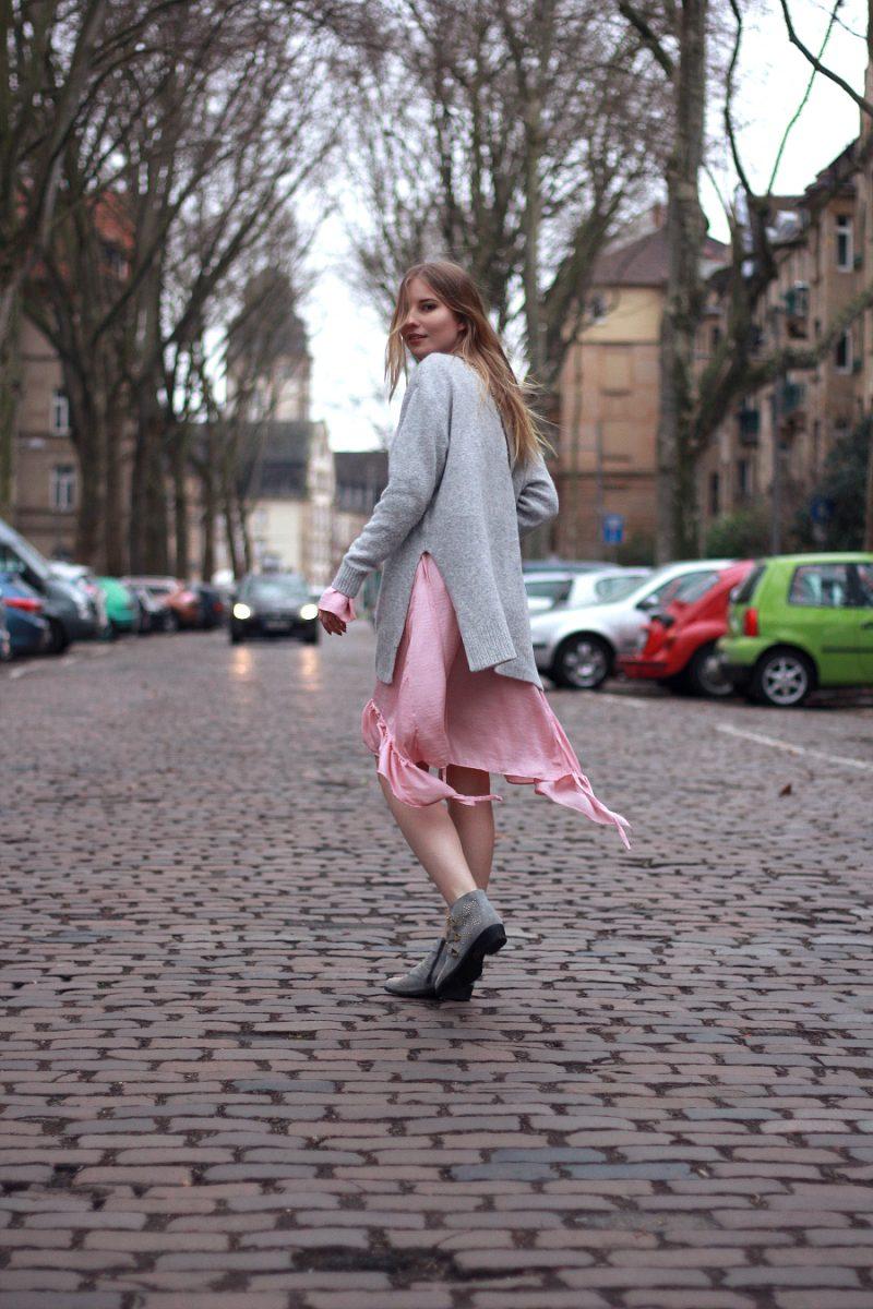 Outfit rosa zara rüschen Kleid unter H&M Pullover mit bronx Boots