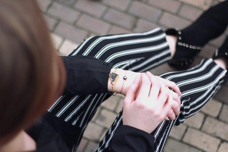 outfit Details Armreifen Armbänder Streifenhose schwarze Bluse Nieten Stiefeletten