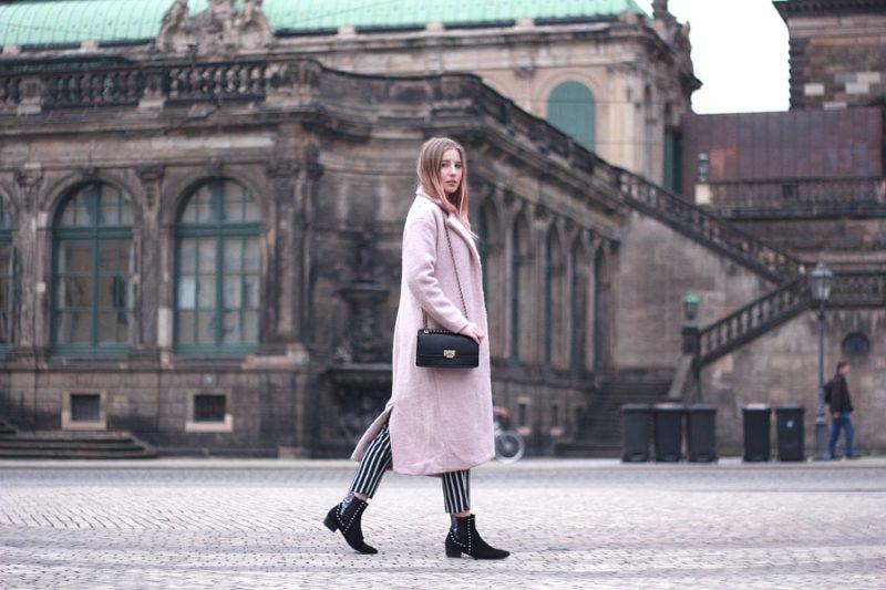 Outfit Frühlingslook Urban schwarz und rosa, Mantel Bluse Streifen Hose mit Stiefeletten