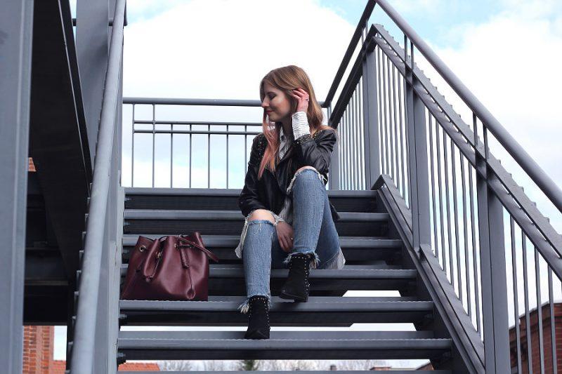 Outfit Frühlingslook jeans hemd lederjacke highlighteronfleek