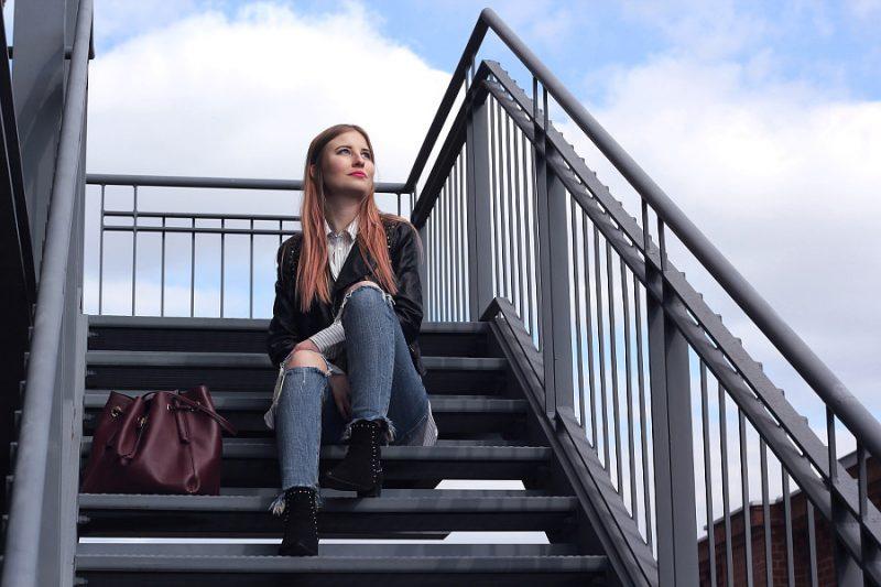 Outfit rockig in den Frühling mit Zara Lederjacke Jeans und Beuteltasche Miista Boots und Mango Hemd