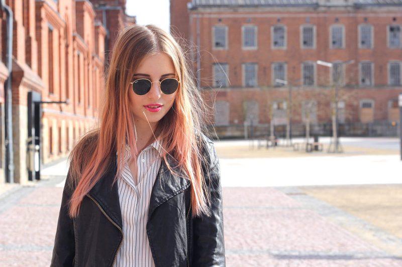 Outfit Rayban Sonnenbrille rund in gold pinker lippenstift NYX mate cream loreal colorista Pink Lederjacke und Streifen Shirt