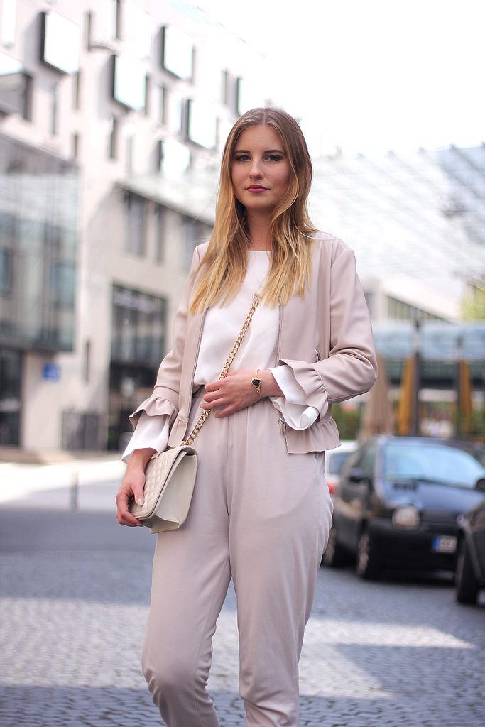 outfit beige weiß rüschen lederjacke von zara in puder mit trompetenärmel bluse und goldenen details