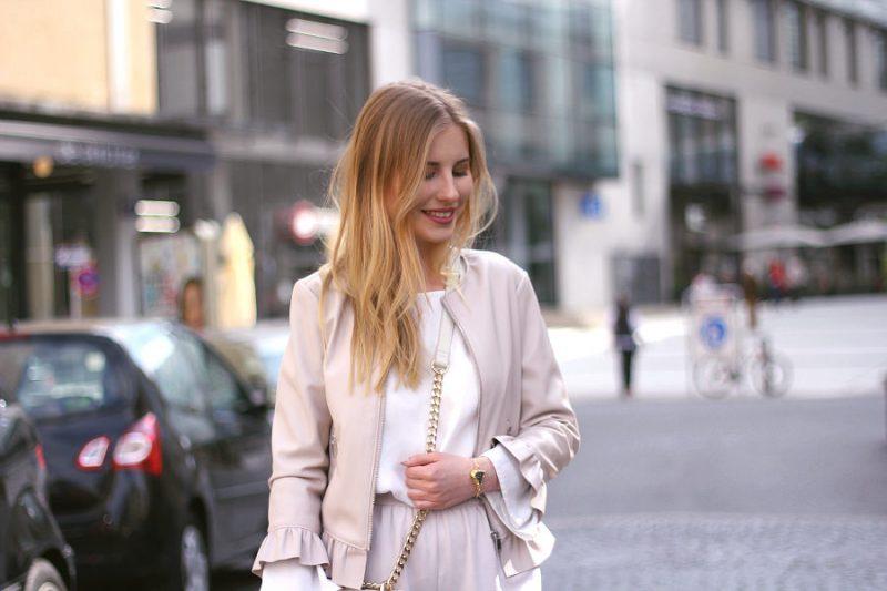 outfit blond lederjacke mit schößchen in puder und dreiviertel ärmeln weiße trompeten bluse