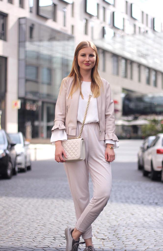 outfit beige weiß puder look im frühjahr 2017 stoffhose lederjacke bluse zara asos