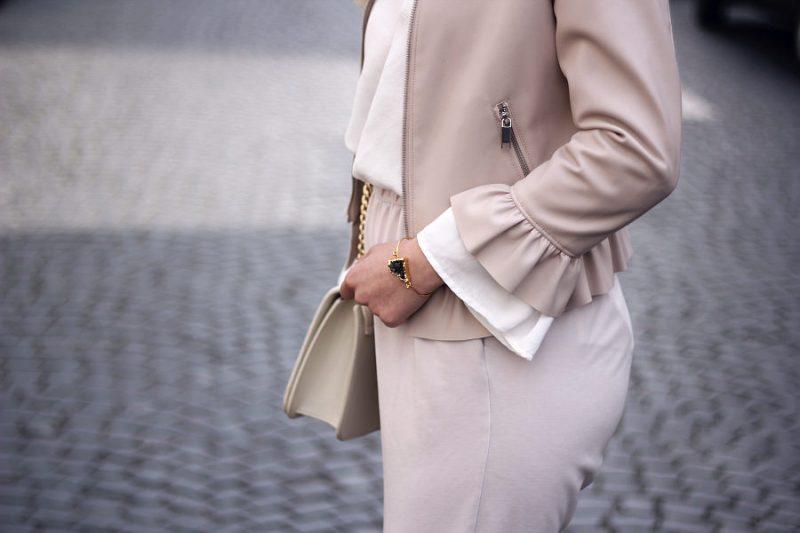 outfit alles beige und weiß lederjacke mit rüschen saum bluse trompetenärmel goldener Armreif