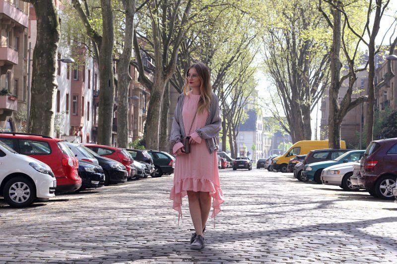 Outfit Rosa Rüschen Kleid mit Bomber Jacke, Creepern und Umhängetasche