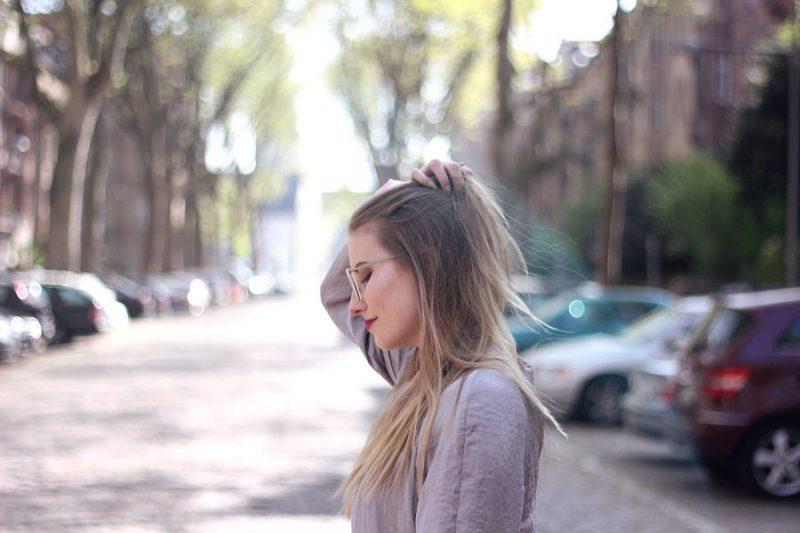 Outfit silber Bomberjacke von Zara mit Vogue Brille Gold gestell blond