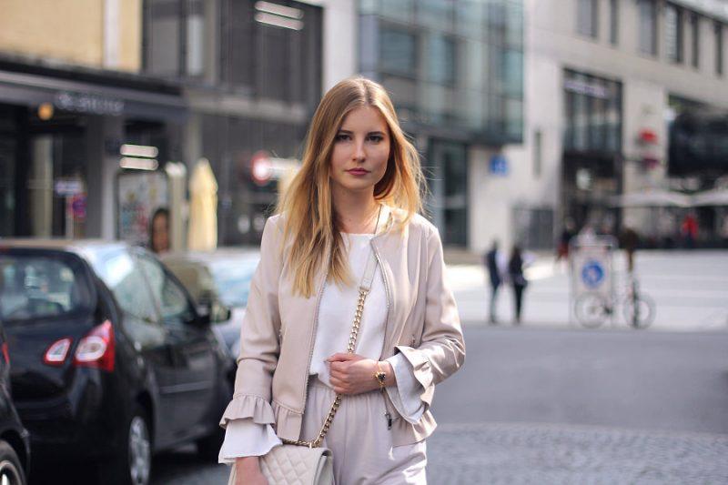 outfit blond mannheim look beige weiß puder jacke mit rüschen bluse umhängetasche zara asos monki