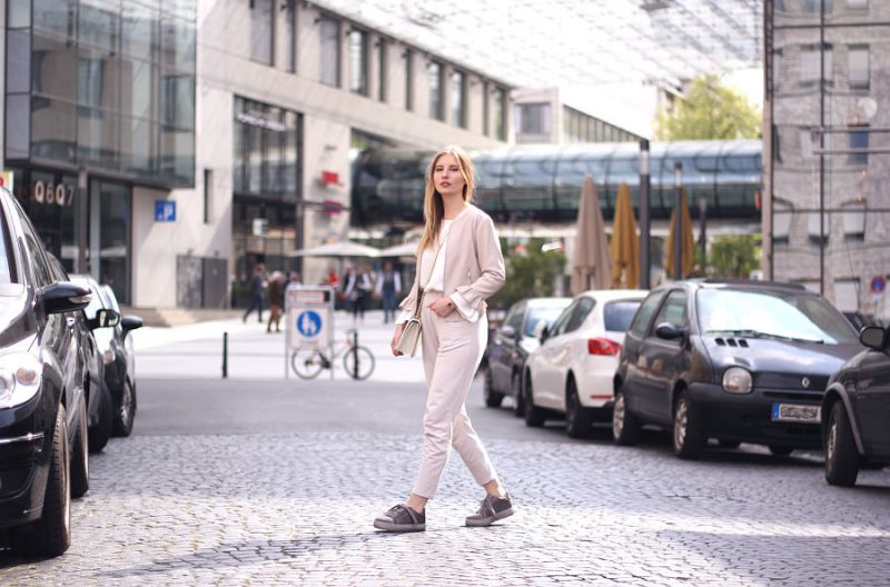 Outfit all white beige rüschen lederjacke stoffhose creeper tropetenrmel bluse