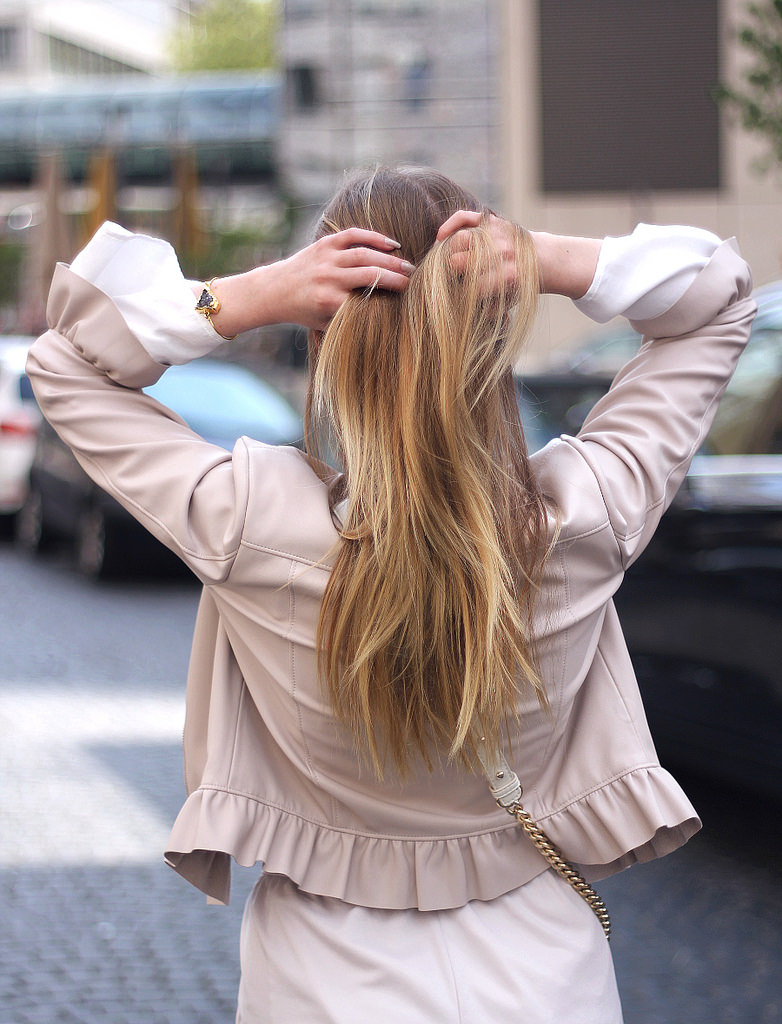 outfit rüschen lederjacke puder farbe blond balayage haare