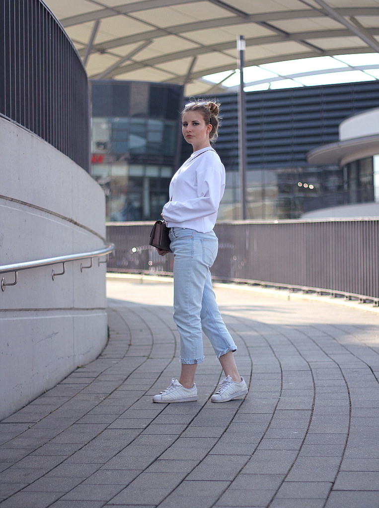Outfit: Cropped Calvin Klein Mom-Jeans