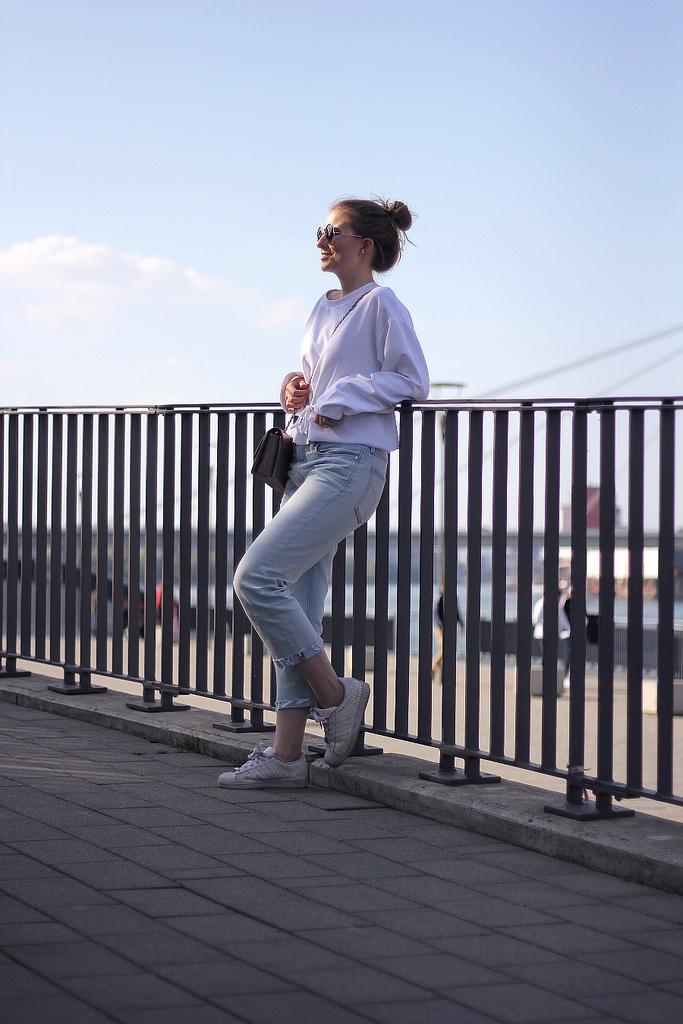 outfit jeans und shirt in ludwigshafen rhein galerie an geländer gelehnt fashion blog aus deutschland