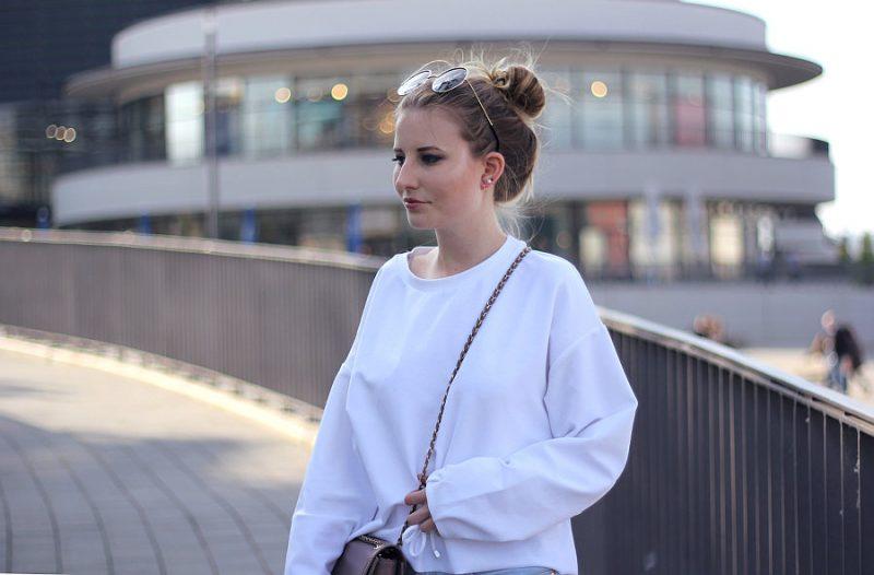 Outfit weißer Pullover mit Umhängetasche Makeup und xxl sonnenbrille