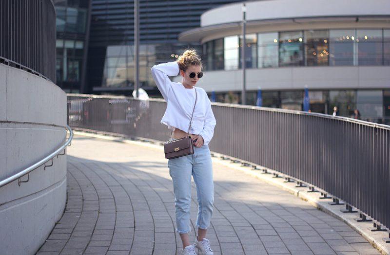 outfit mom jeans calvin klein cropped pullover umhängetasche und marc jacobs sonnenbrille