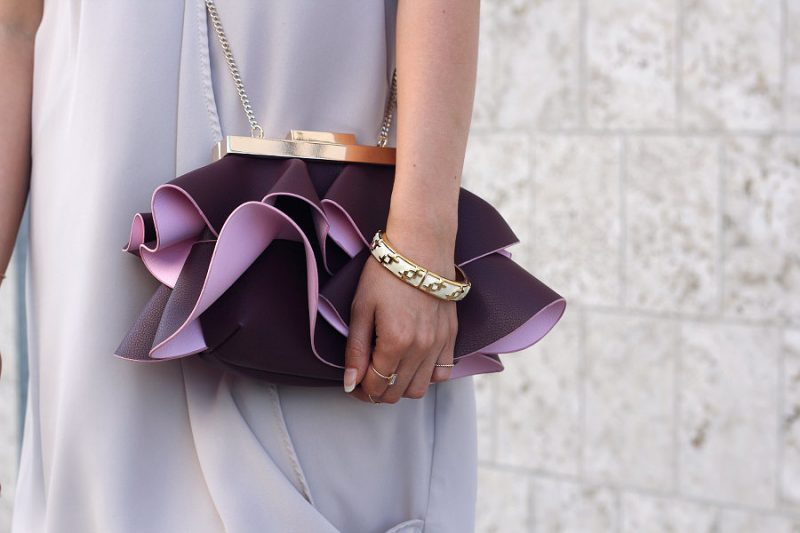 outfit rüschen tasche von zara mit goldenen details in pink in brombeere