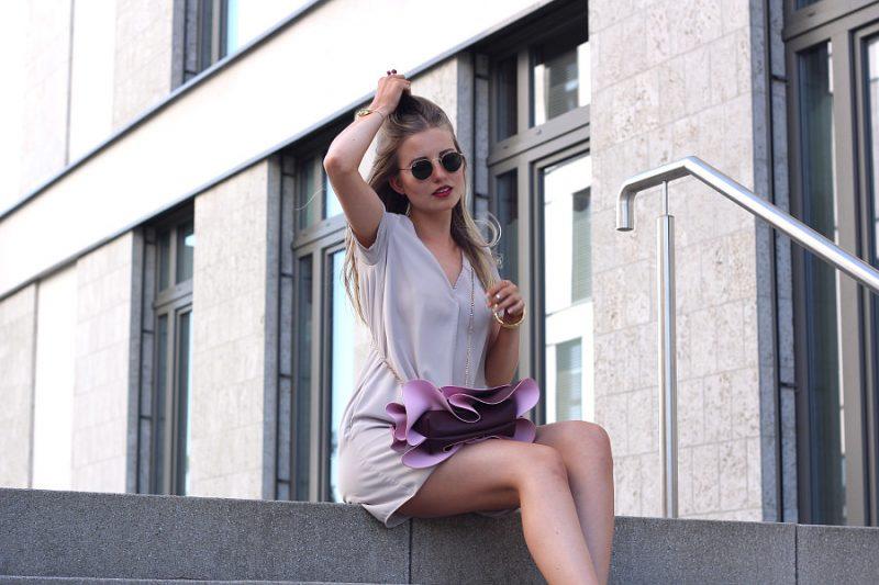 outfit schönste clutch der welt mit rüschen in pink und beere sommer look