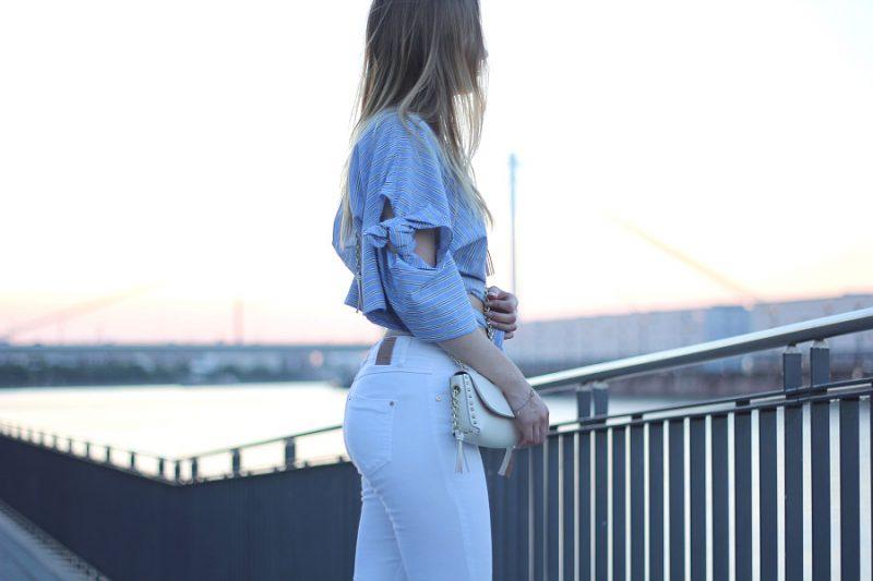 outfit weiße jeans mit blau gestreifter wickelbluse