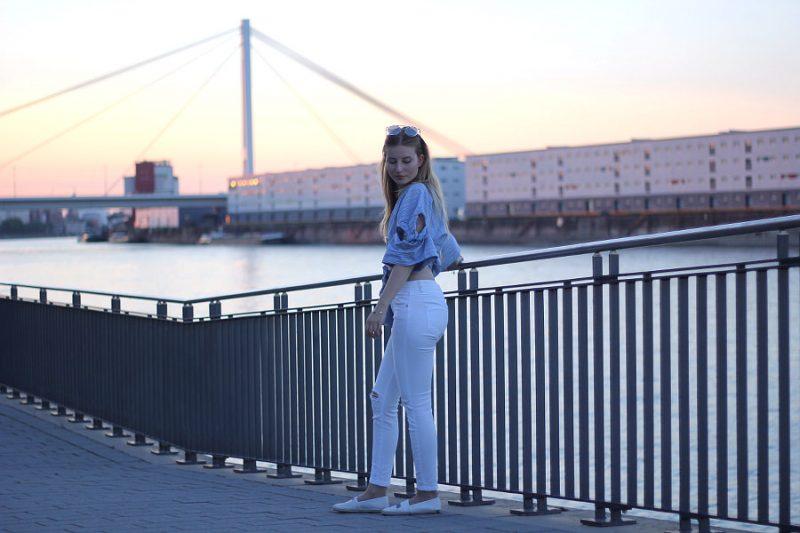 outfit wickelbluse weiße skinny jeans mit verspiegelter sonnenbrille und espandrilles