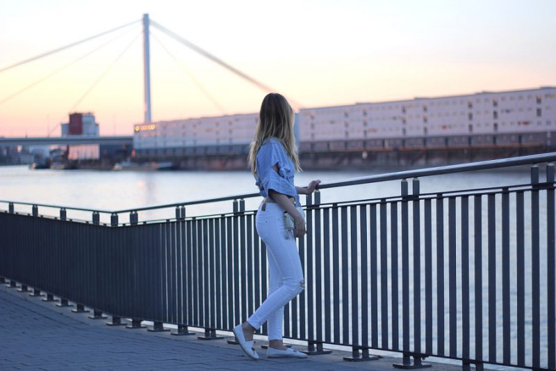 outfit sommer look weiße jeans wickelbluse bauchfrei von asos
