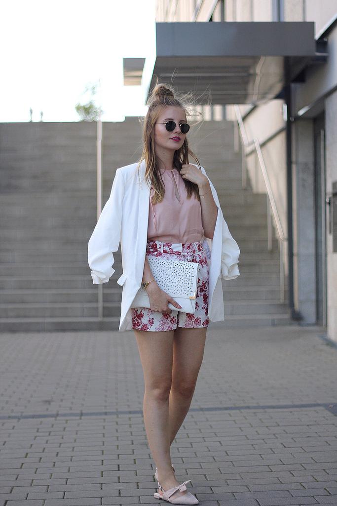 outfit sommer shorts mit blumen rosa bluse blazer und schicke schuhe