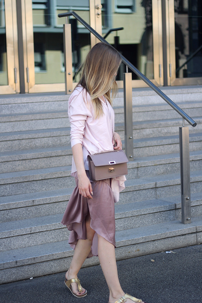 outfit details ton in ton rosa mit ombre blond bronde asos satin rock cos oberteil rosa umhängetasche und birkenstock