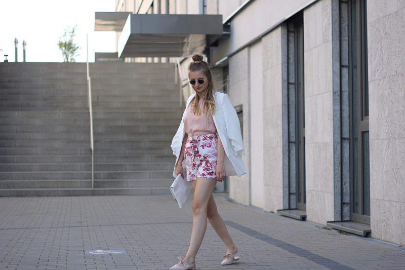 outfit sommer shorts blumen print weiß rosa blazer spitze ballerinas