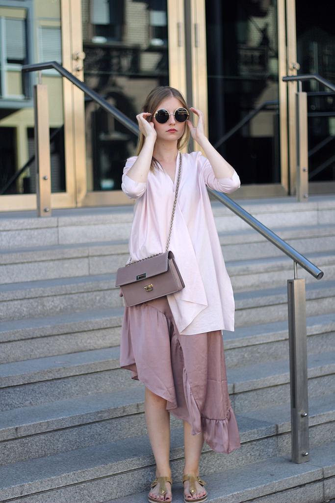 outfit midi rock rose ruschen asymetrisch mit schrägem oberteil in hellem pink von cos