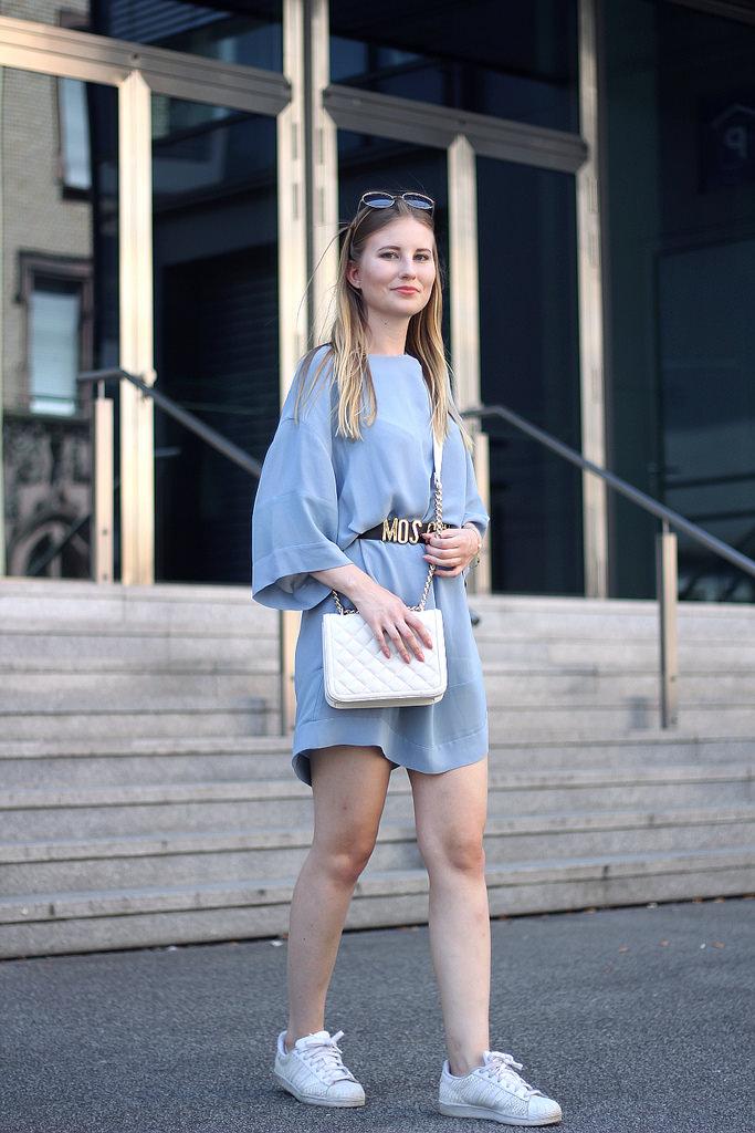 outfit blaues kleid mit moschino gürtel adidas sneakern zara tasche und marc jacobs sonnenbrille