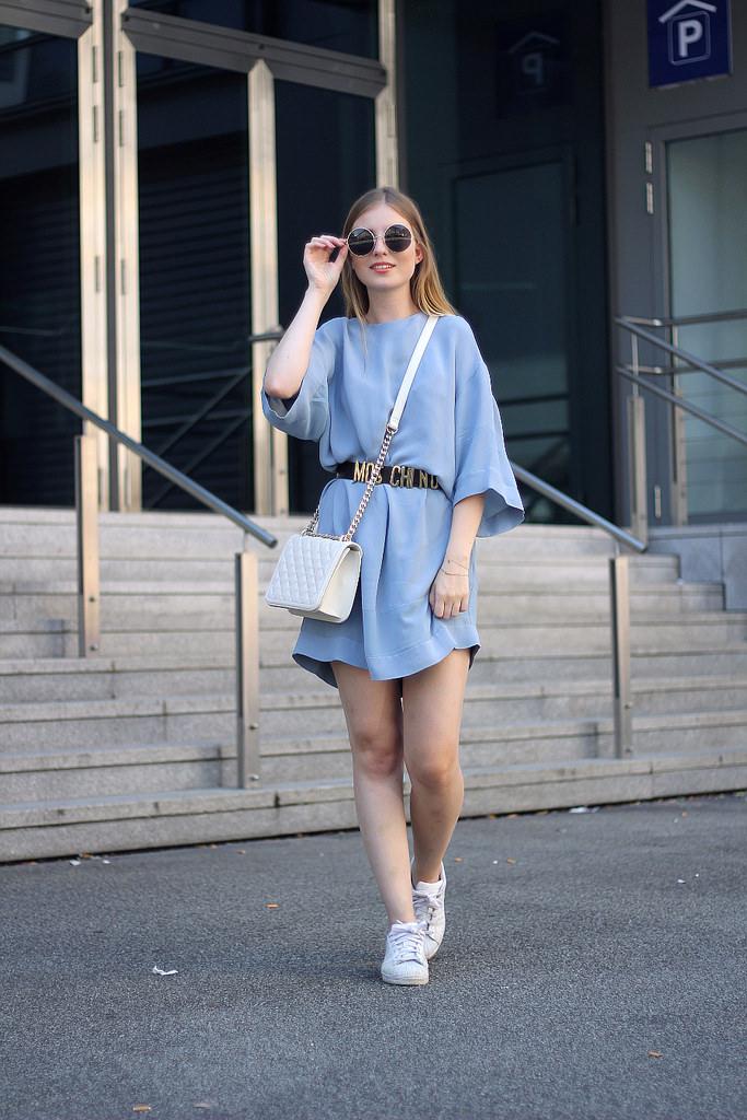 outfit urban kleid mit gürtel und sportschuhen zara &other stories adidas marc jacobs