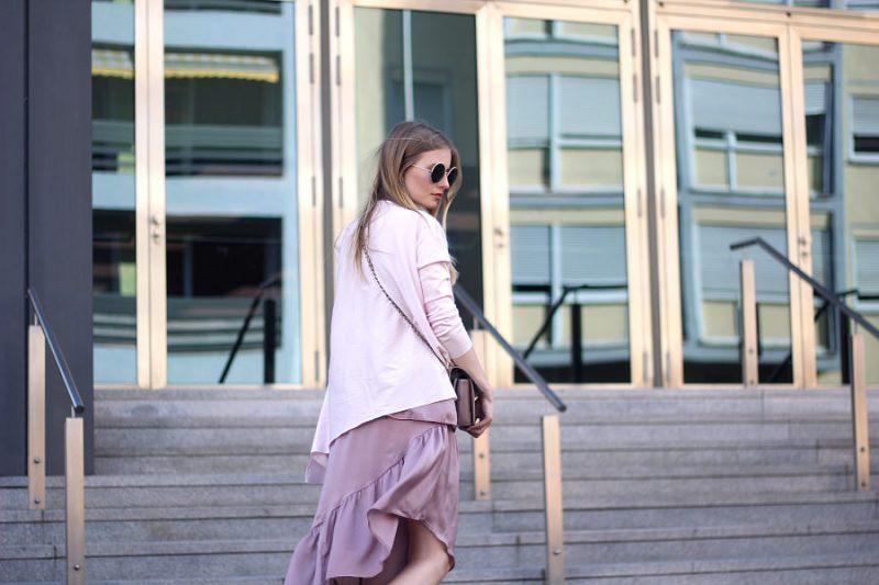 outfit rosa shirt zu rosa asymetrischem rock