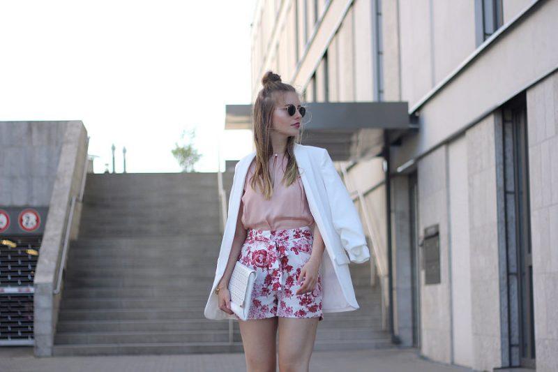 outfit blumen shorts rosa bluse halfbun