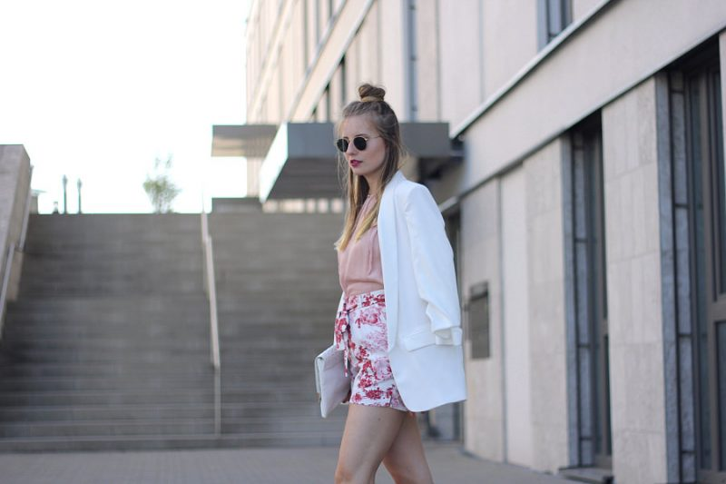 outfit blumen shorts und weißer blazer
