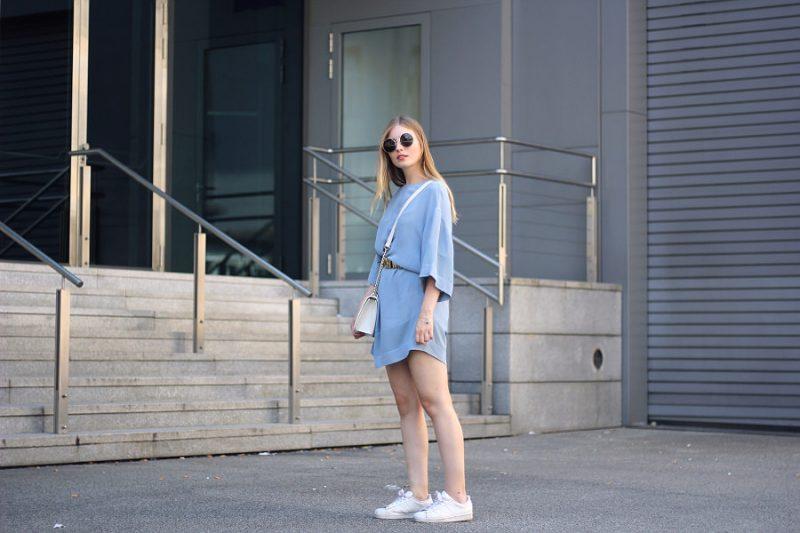 outfit sportlich chic kleid mit sneakern und moschino gürtel xxl sonnenbrille von marc jacobs