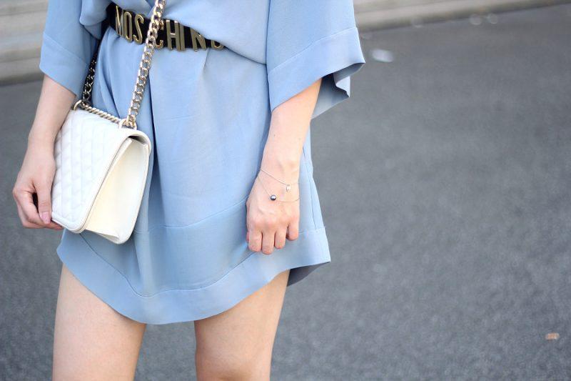 outfit details hellblaues kleid mit moschino gürtel zara umhängetasche und armbändern
