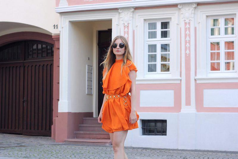 outfit orange asos kleid mit goldenem gürtel und marc jacobs sonnenbrille