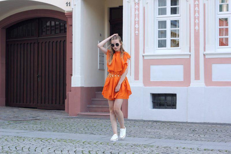 outfit 7 girls 7 styles sommer farben orange mit weißen sneakern und taillen gürtel
