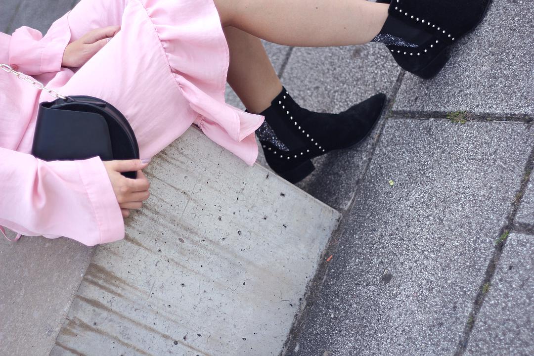 Outfit Blogparade Details von rosa volant kleid Umhängetasche und miista stiefeletten