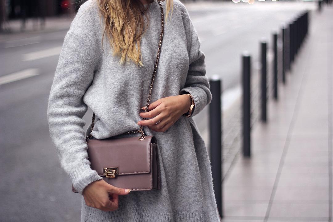 outfit details grauer pullover mit umhängetasche