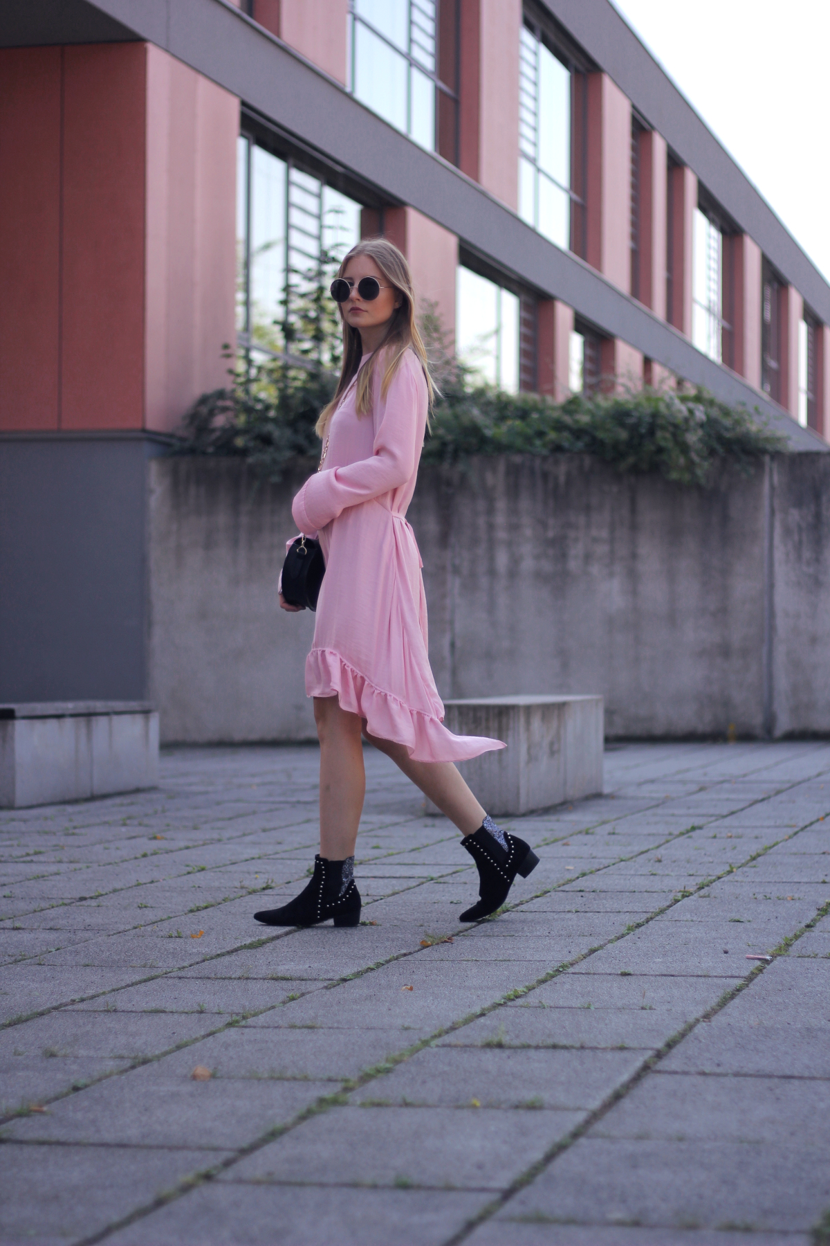 outfit herbst accessoire stiefeletten im spätsommer