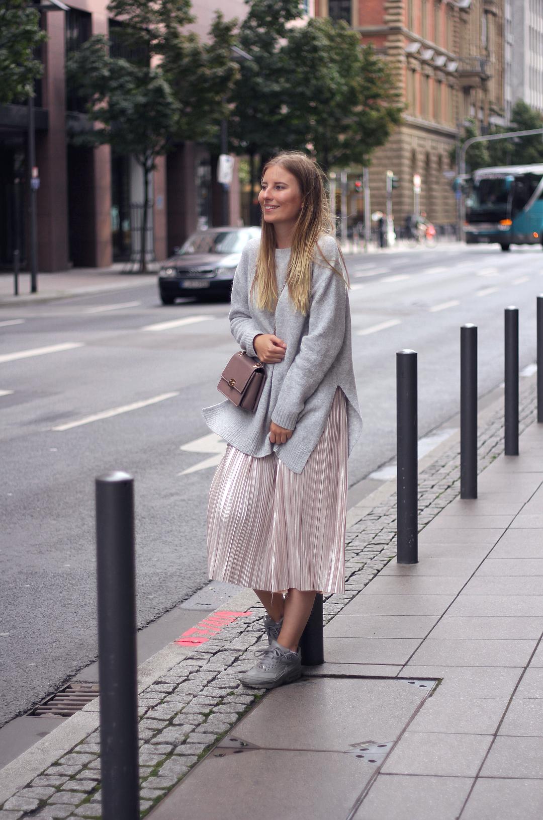 outfit in rosa und grau zara pullover mit aboutyou culotte und nike sneakern