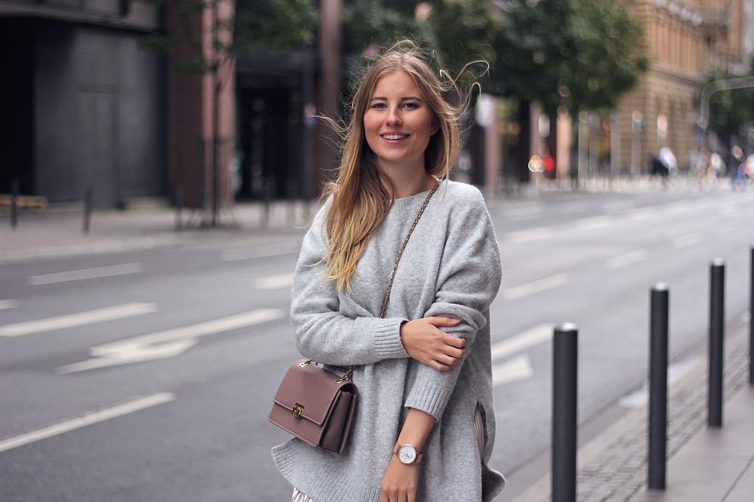 outfit pullover mit umhängetache und rose goldener Uhr in Frankfurt