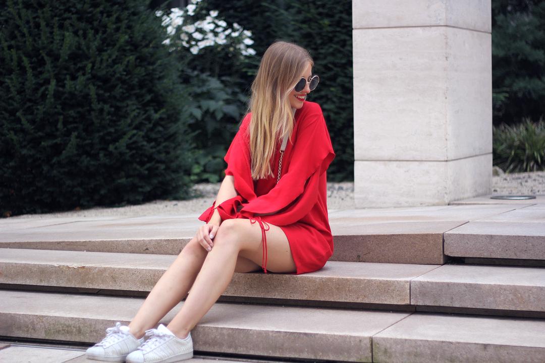 outfit rotes zara kleid mit sneakern