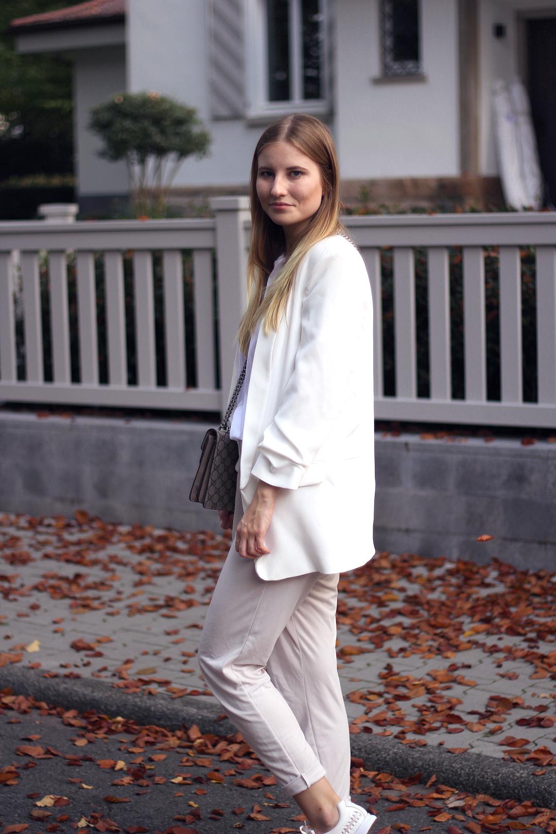 outfit business in beige mit karottenhose und weißem blazer