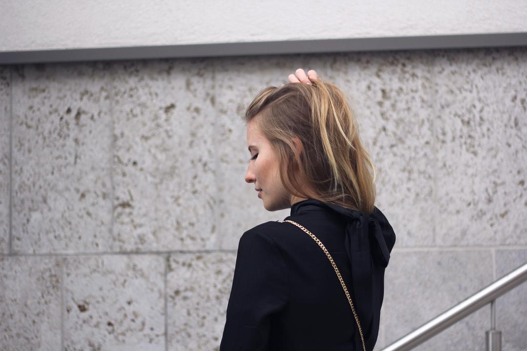 outfit details bluse von h&m mit großer schleife am rücken satin