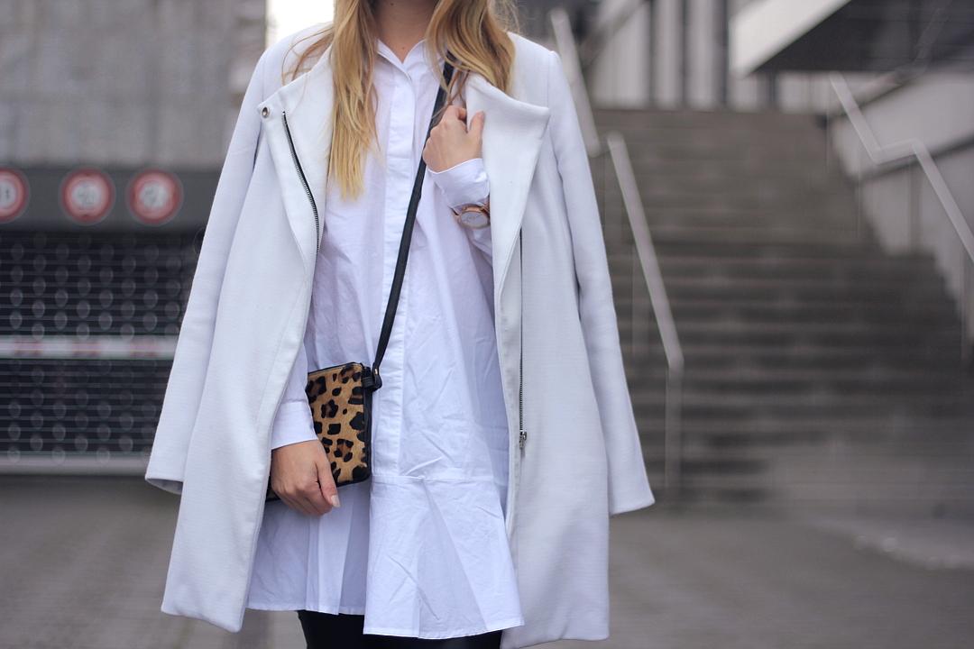 outfit weiße sneaker zu lederleggings hemdkleid mantel und leo schultertasche
